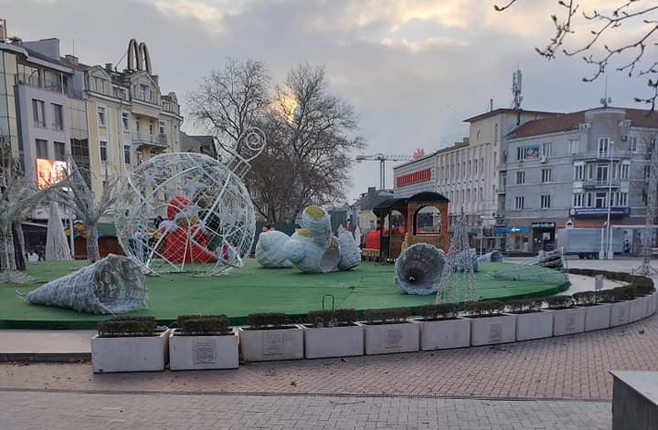 Силният вятър събори коледна украса в центъра на Варна