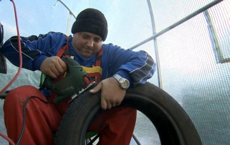 Мъж изработва фигури от автомобилни гуми, за да събере пари за лечението си