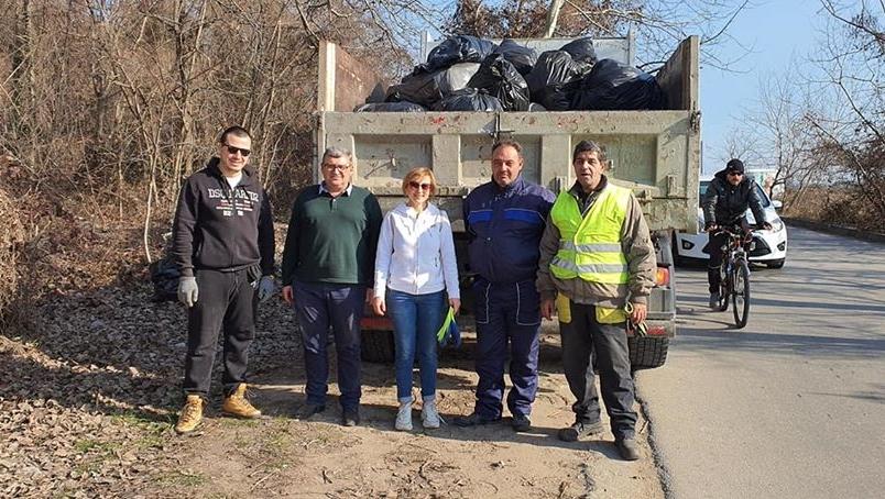 Един камион с боклук събраха граждани от варненския плаж