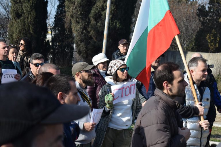 """Снимки: Около 200 граждани протестираха срещу презастрояването на парка в """"Почивка"""""""
