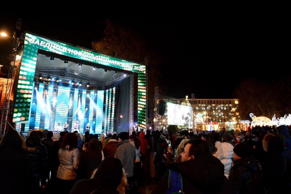 Хиляди варненци посрещнаха заедно новата 2020 година