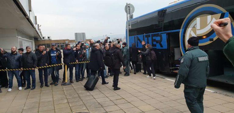 Стотина фена посрещнаха Интер на летище Варна