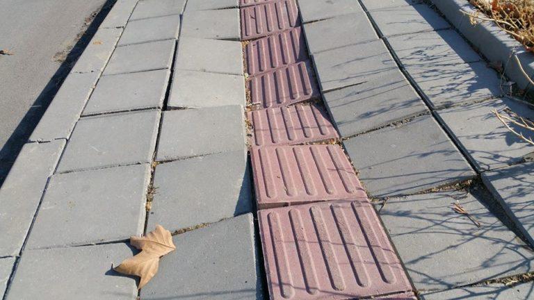 Снимки: Разместиха се плочките от ремонтирания тротоар пред бюрото по труда във Владиславово