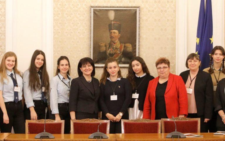 Ученици от Първа езикова гимназия – Варна посетиха Народното събрание