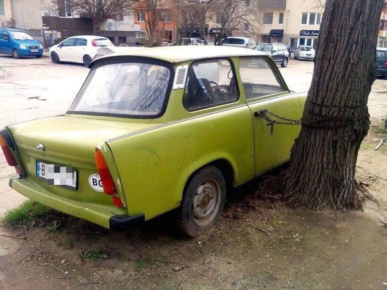 Зелен трабант, вързан за дърво, събира погледите в Левски