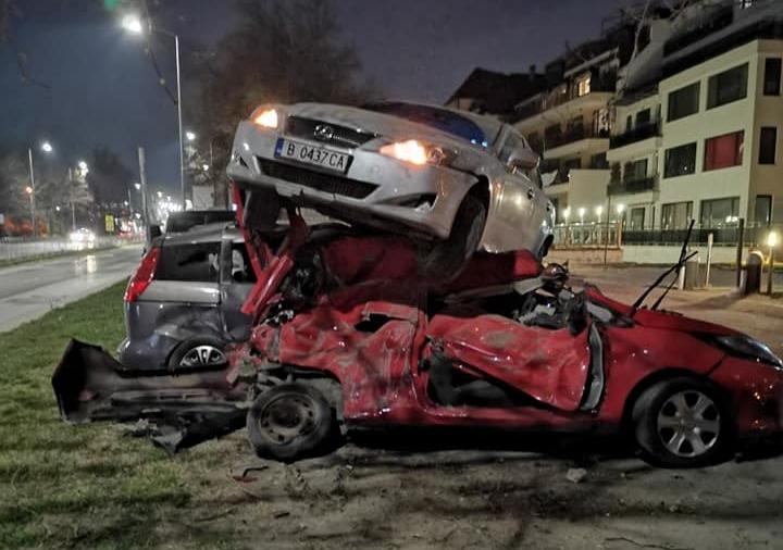 Лексус кацна върху три коли в Бриз