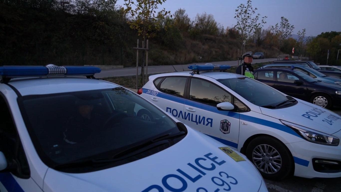 Трима мъже, подхвърляли пари в полицейски коли, за да не бъдат глобени, са задържани