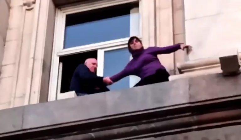 Видео: Служители на НСО опитват да приберат протестираща мед. сестра от перваза на прозореца