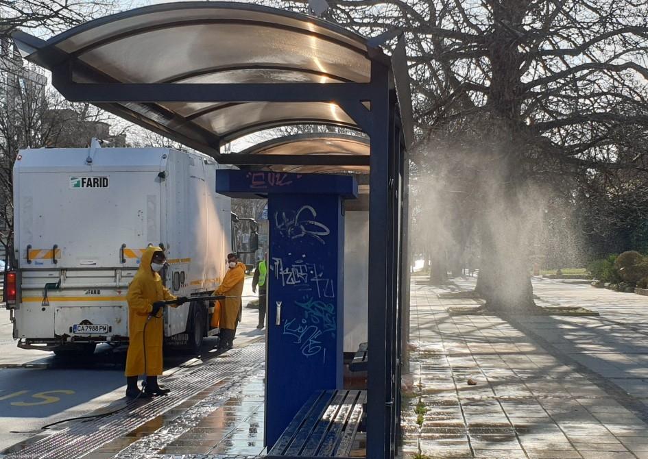Девет машини дезинфекцират над 400 автобусни спирки във Варна