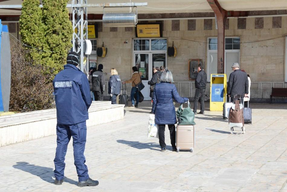 Екипи проверяват пътниците на жп гарата и автогарата във Варна