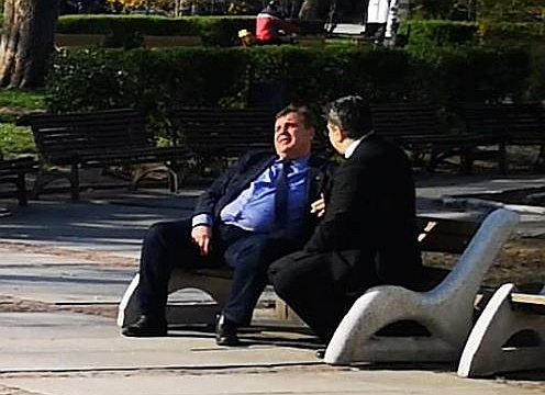 Заснеха Каракачанов на раздумка в парка