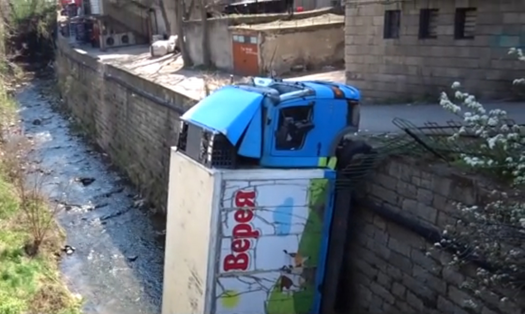 Камион с мляко падна в река Бистрица