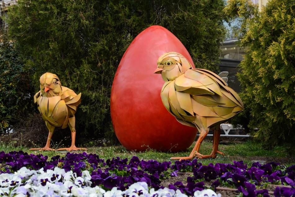 Поставиха празнична украса за Великден във Варна
