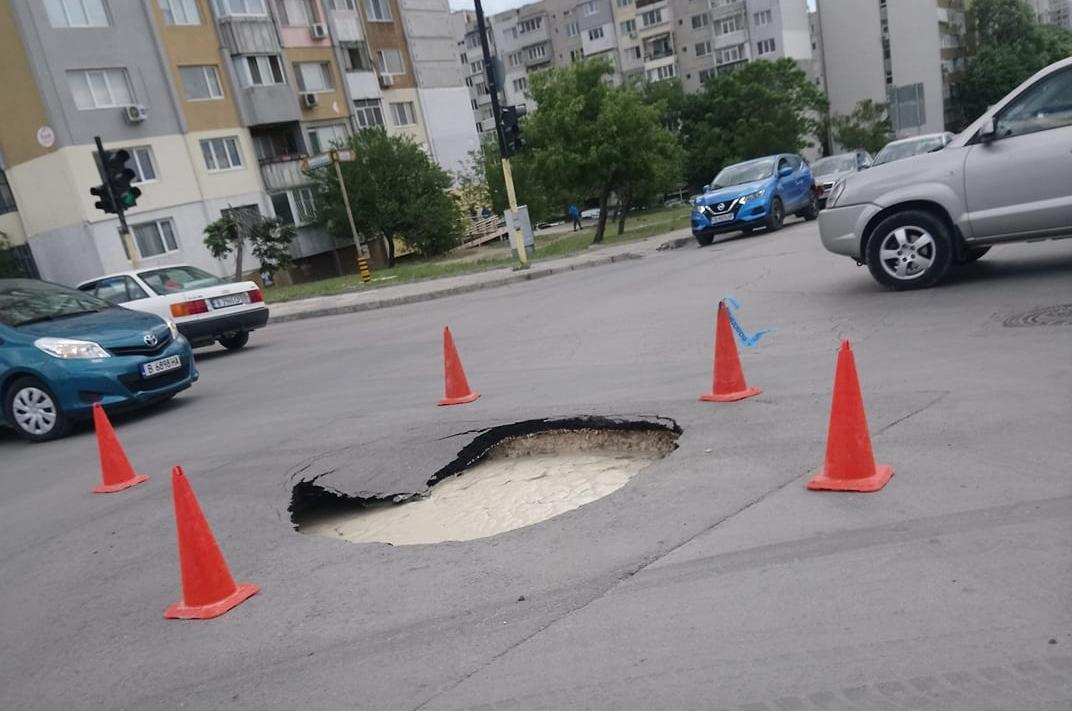"""Асфалтът пропадна на кръстовището на булевардите """"Република"""" и """"Цар Освободител"""""""