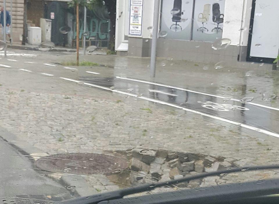"""Новият тротоар на """"Шишковата градинка"""" пропадна"""