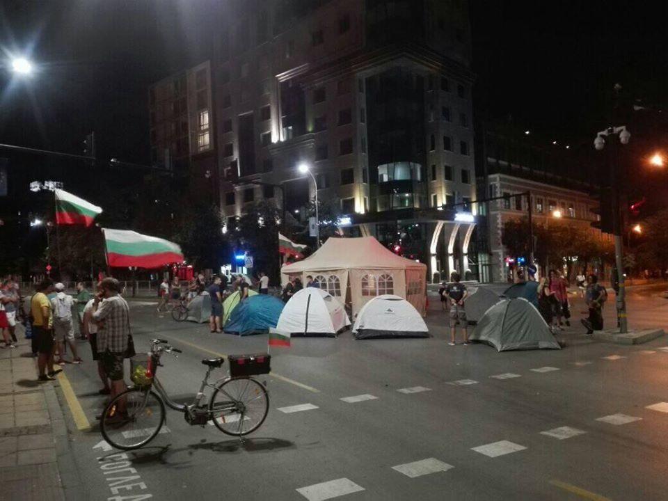 Варненци опънаха палатков лагер пред Община Варна