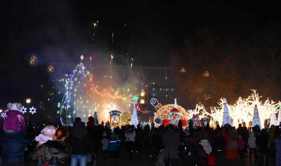 Коледната елха грейна във Варна