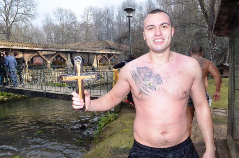 26-годишният Никола Панайотов пръв извади кръста от водите на река Девненска