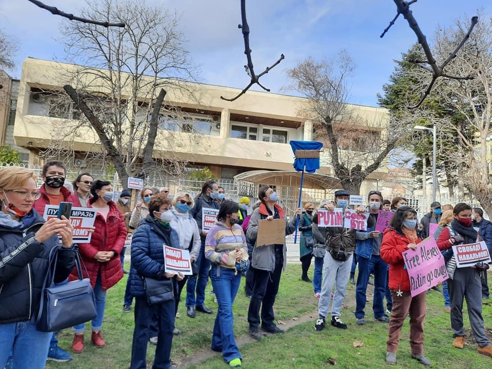 Над 100 души протестираха пред руското консулство във Варна