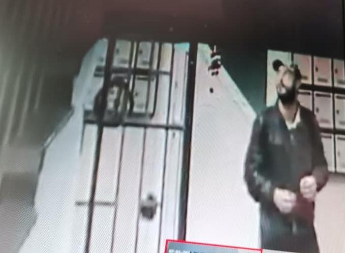 Откраднаха коледната украса на вход във Възраждане (видео)