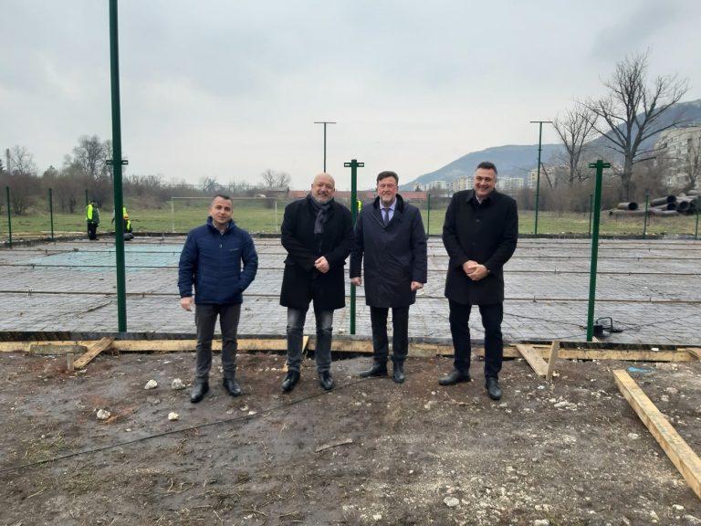 Министър Кралев инспектира строежа на четири нови футболни игрища