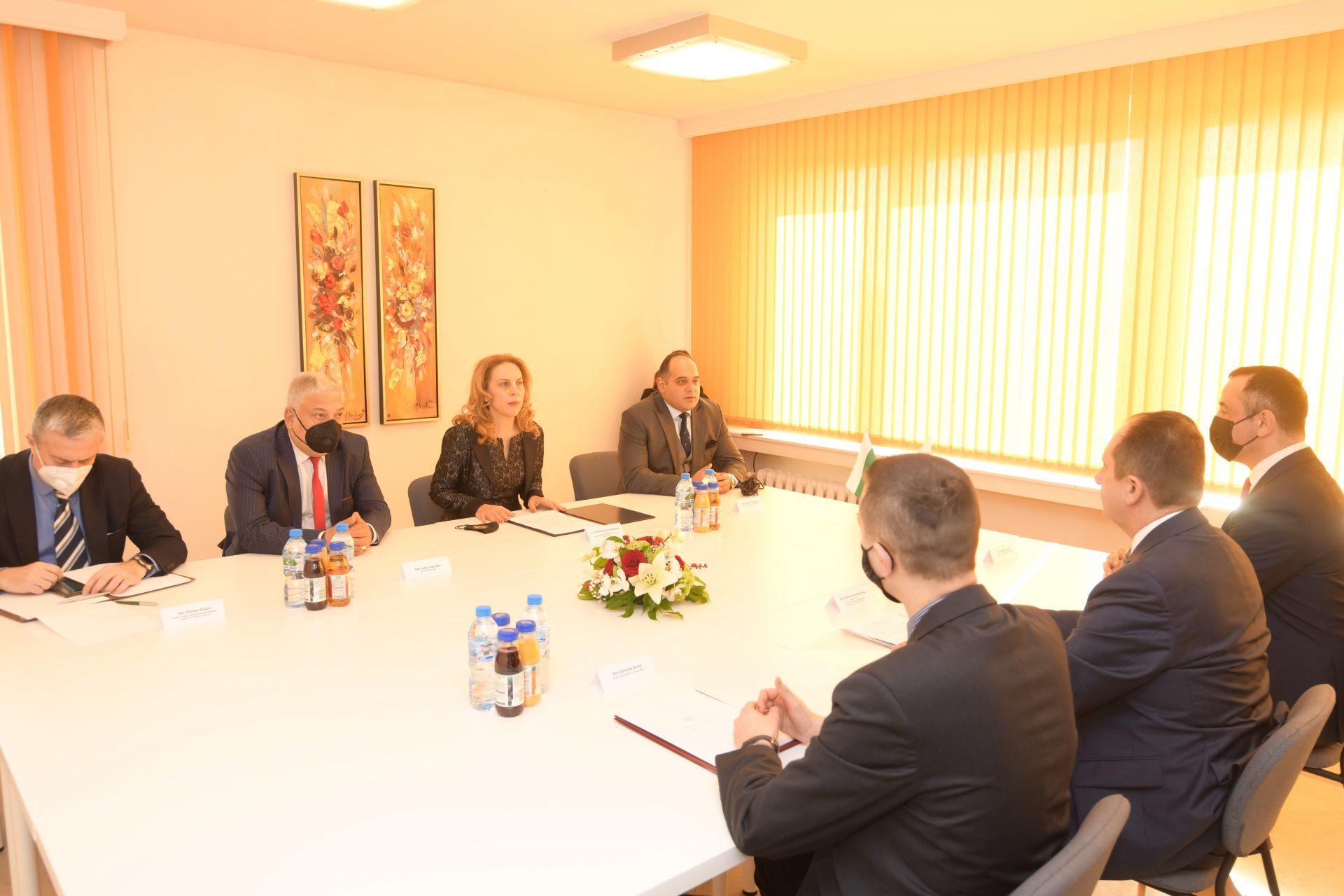 Вицепремиерът Марияна Николова разговаря с Анджей Гут-Мостови, държавен секретар с ресор туризъм, Министерство на развитието на Полша