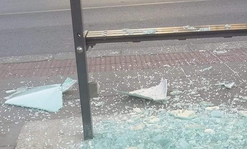 """Шофьор блъсна кола на спирка """"Явор"""" във Варна и избяга, полицията го издирва"""