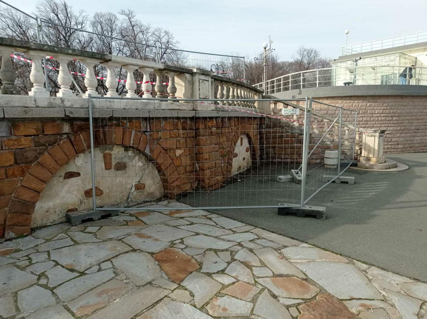 Община Бургас: Парапетът на терасата до Казиното е нестабилен и може да падне!