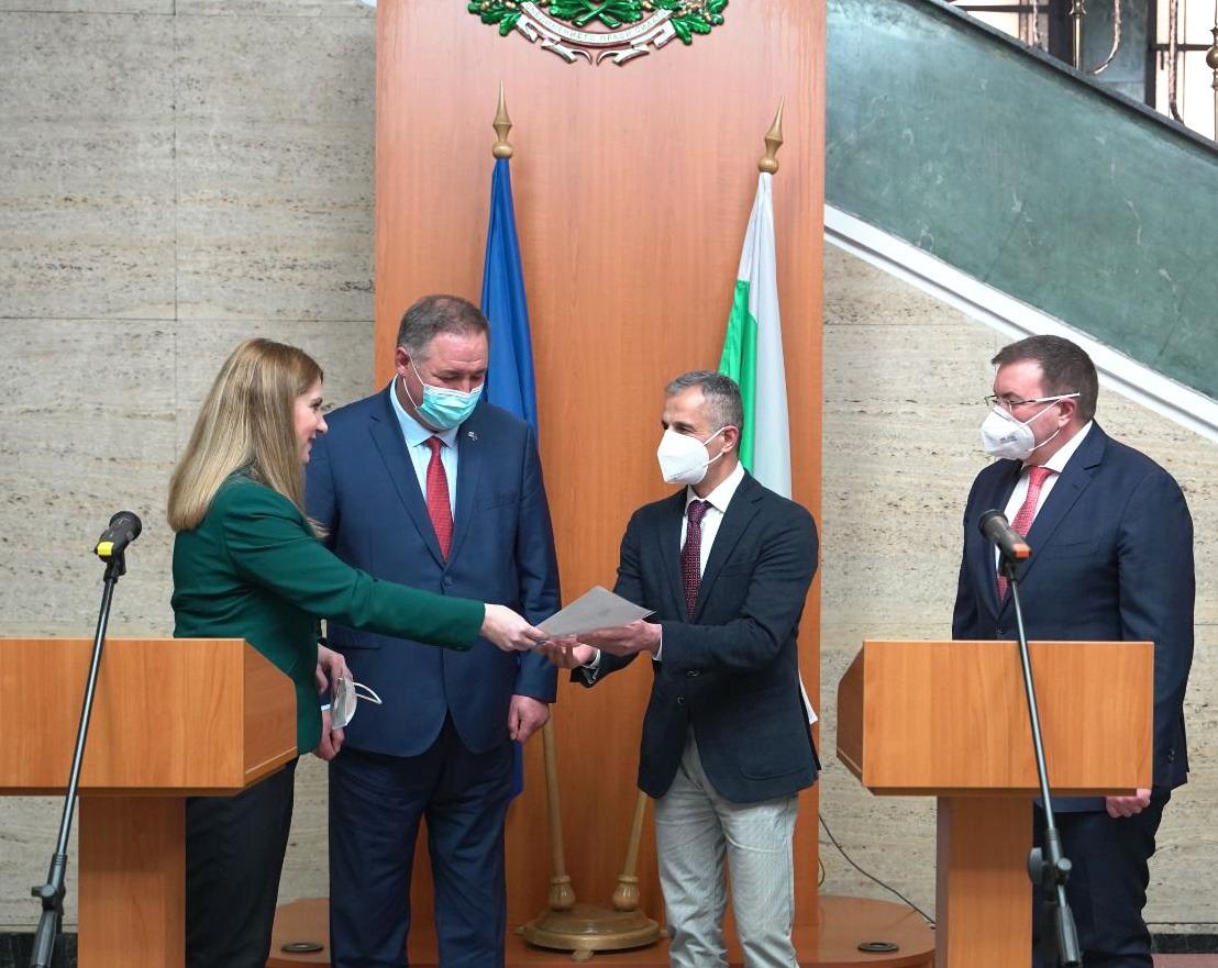 Министър Ахладова връчи удостоверение за българско гражданство на д-р Заргар