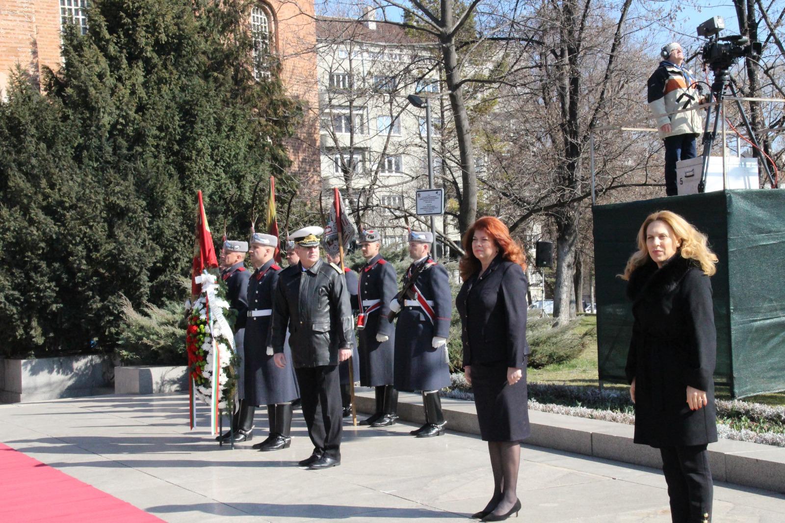 Вицепремиерът Марияна Николова взе участие в церемонията по издигане на Националното знаме за 3 март