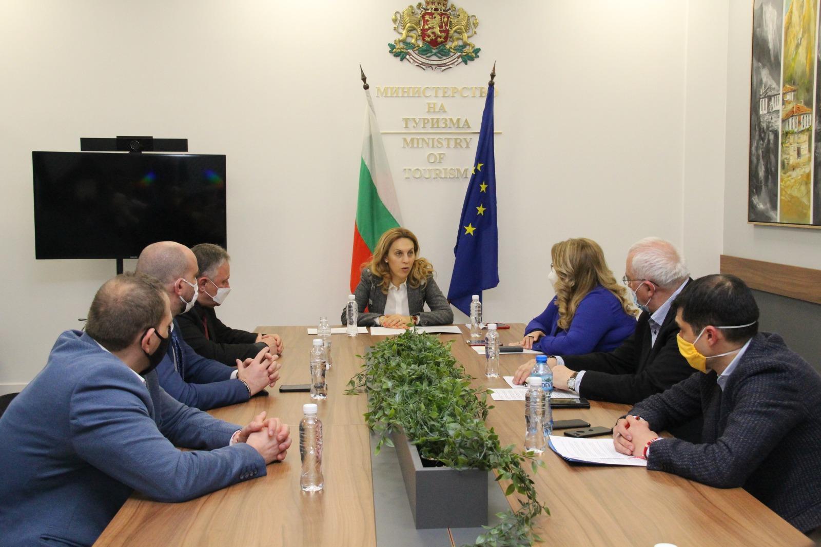Вицепремиерът Марияна Николова проведе работна среща с представители на туристическия бизнес и Министерството на външните работи