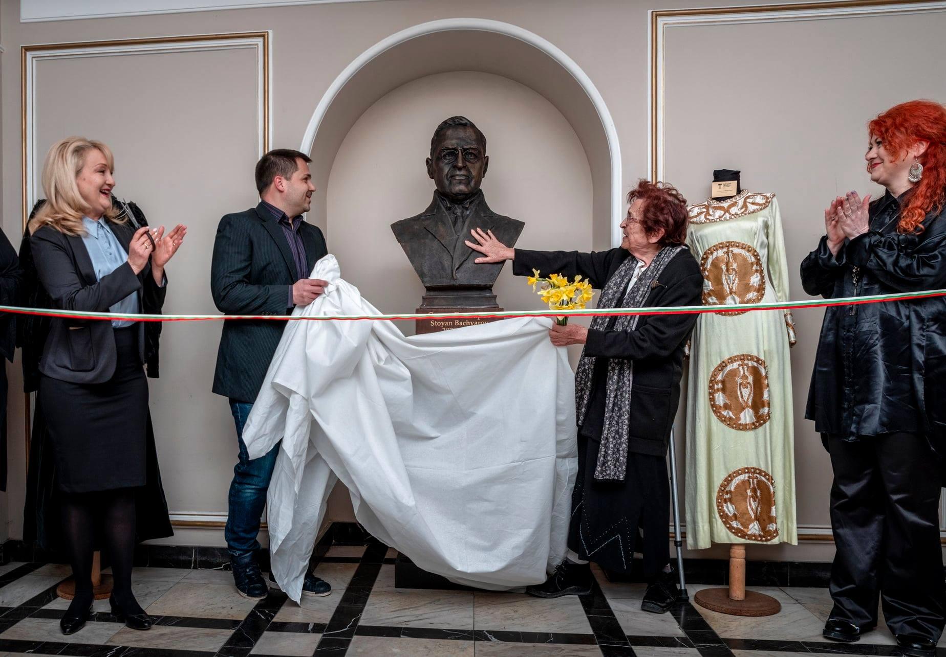 Откриха бюст-паметник на Стоян Бъчваров в Драматичния театър