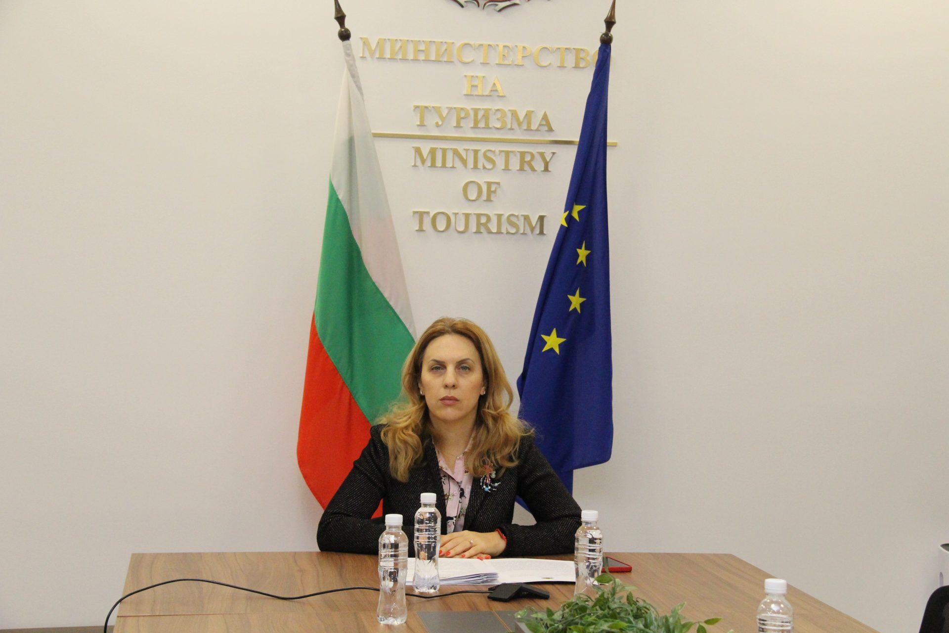 """Вицепремиерът Марияна Николова: Подкрепяме създаването на """"зелени коридори"""" за ваксинираните хора, без да се ограничават пътуванията и на останалите туристи"""