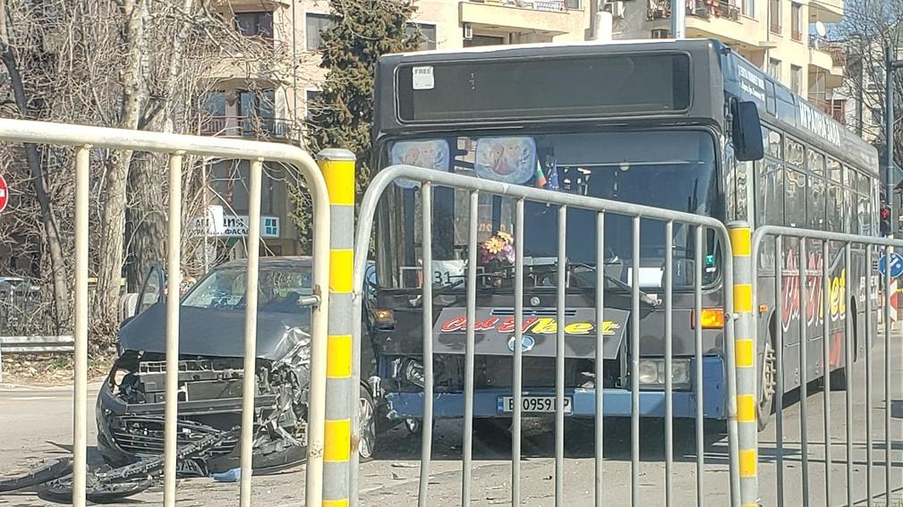 Жена и дете пострадаха, след като автобус не спря на червен светофар
