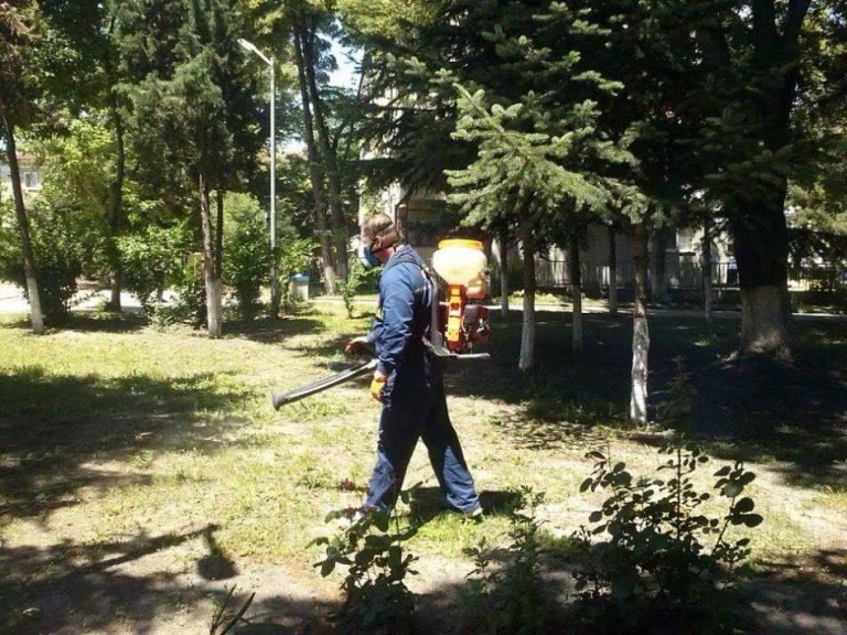 Обработват тревните площи срещу кърлежи