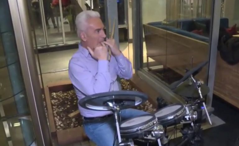 Видео: В първия ден с отворени заведения Волен Сидеров седна зад барабаните