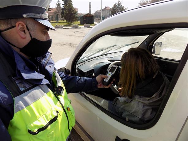 Засилени проверки на пътното движение в големите градове и пътищата между малките населени места