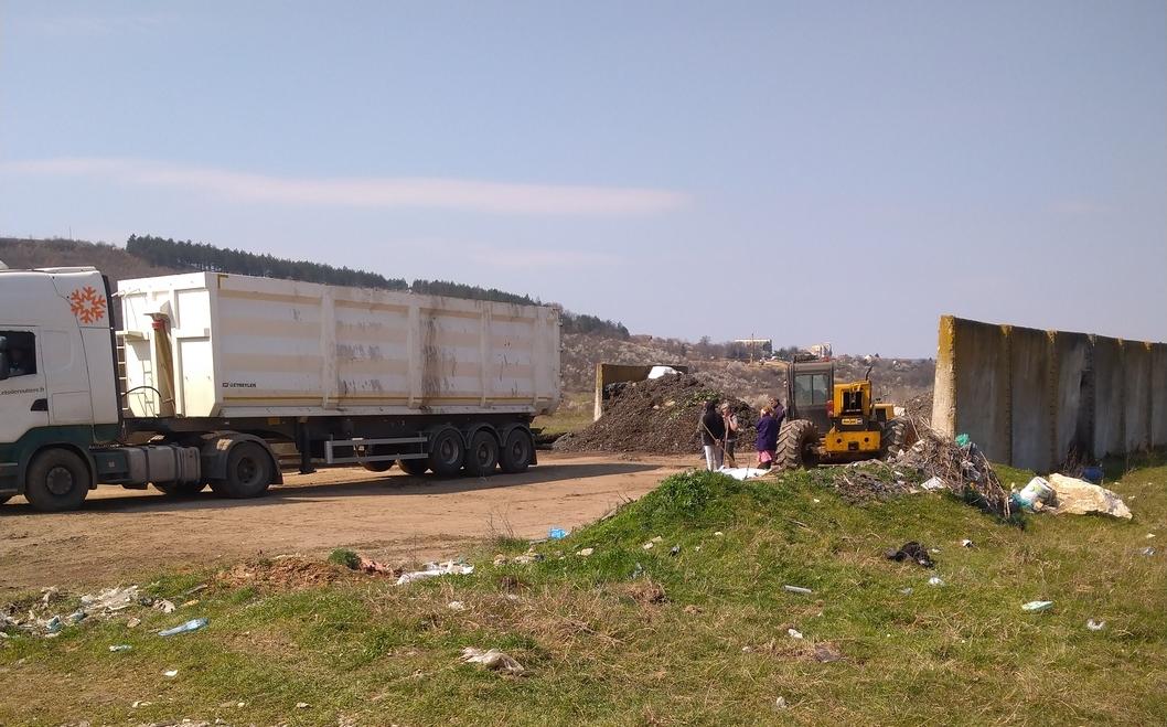 """Почистени са загробените опасни отпадъци в местност """"Лъката"""", община Червен бряг"""