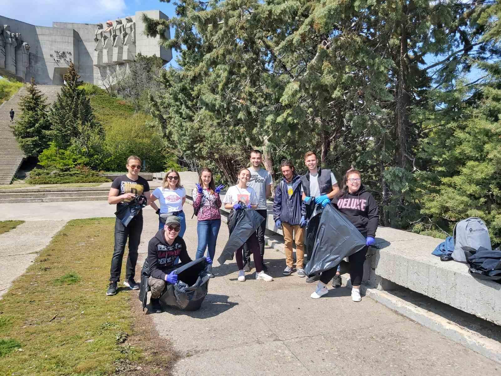 Студенти, ученици и преподаватели почистиха района на паметника на българо-съветската дружба