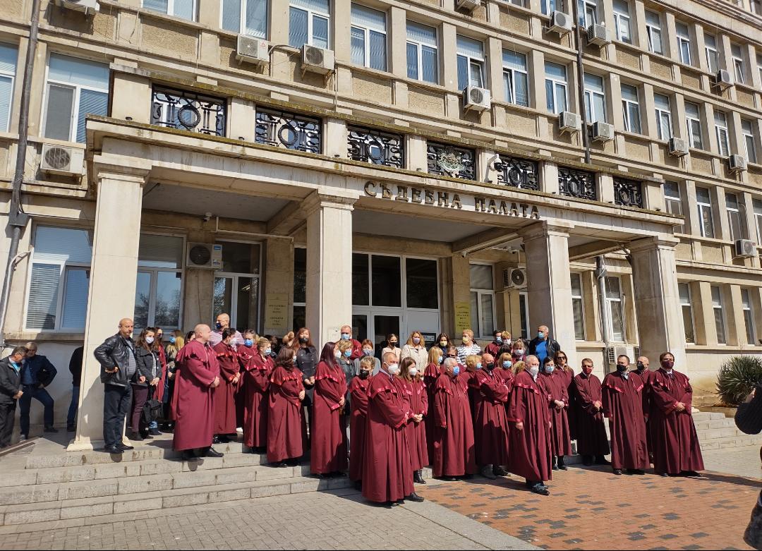 Варненски магистрати и прокурори излязоха на мълчаливо бдение