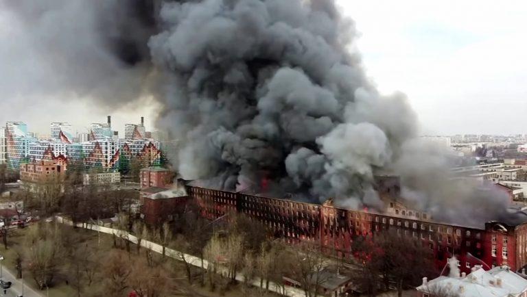 Видео: Огромен пожар в историческа сграда в Санкт Петербург