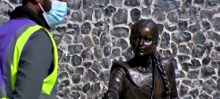 Статуя на Грета Тунберг беше открита в университета в Уинчестър