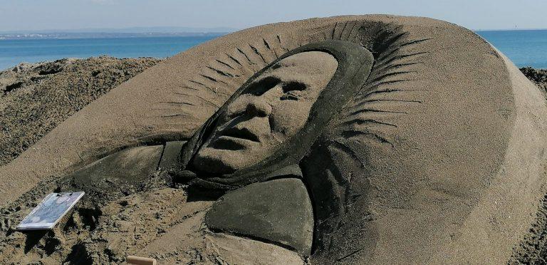 Пясъчна скулптура на баба Ванга се появи на плажа в Бургас