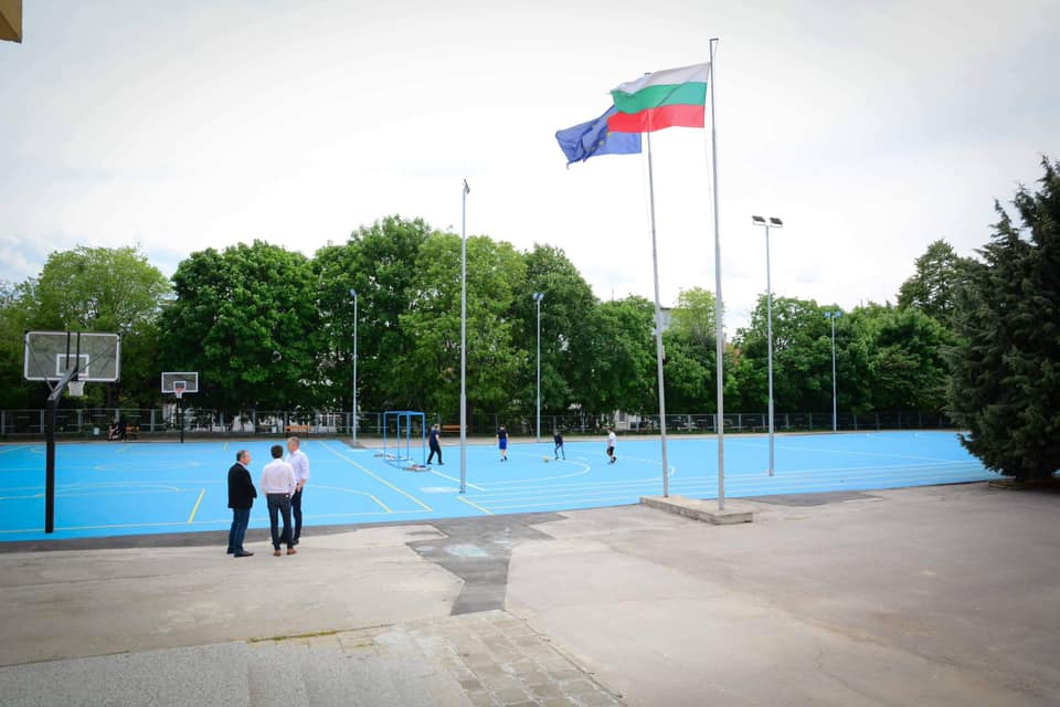 Кметът на Варна направи оглед на новото комбинирано игрище в двора на Първа езикова гимназия