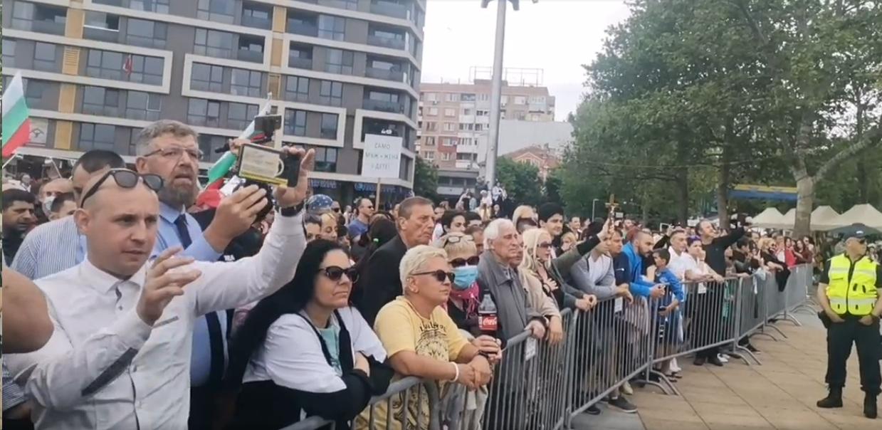 """НА ЖИВО: """"Бургас прайд"""" срещу шествие в защита на традиционните семейни ценности"""