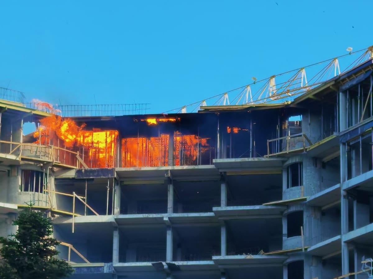 """Видео: Пламна пожар в строеж пред паметника в """"Почивка"""""""