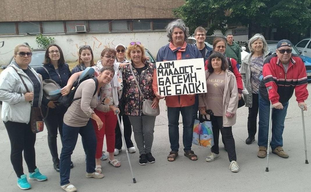 """Варненци протестираха срещу събарянето на """"Дом Младост"""""""