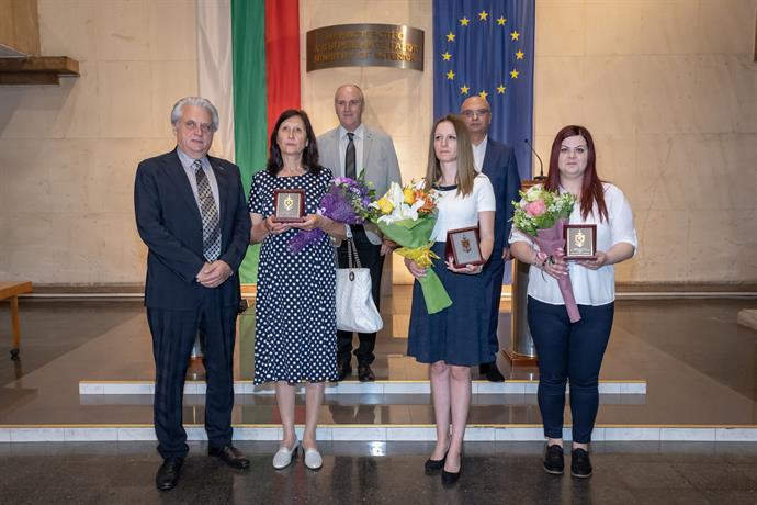 Министър  Бойко Рашков награди три служителки в банкови офиси за смелост и гражданска доблест