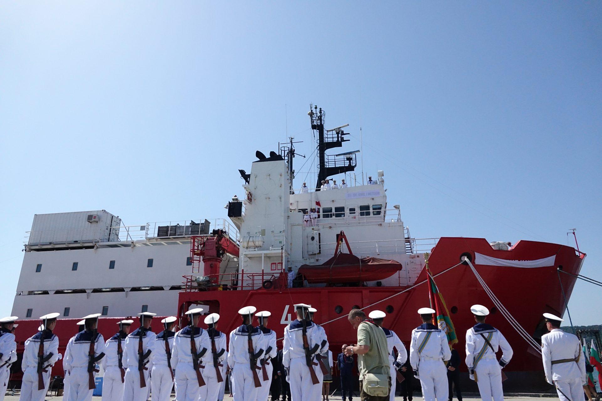Във Варна кръстиха първия български военен научноизследователски кораб