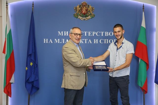 Министър Кузманов награди медалистите от Европейските първенства по лека атлетика за младежи и девойки под 20 и под 23 години